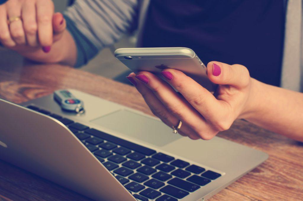 wohnung ummelden, frau laptop