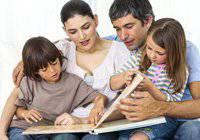 תמונה של משפחה מסתכלת על אבלום שטוח