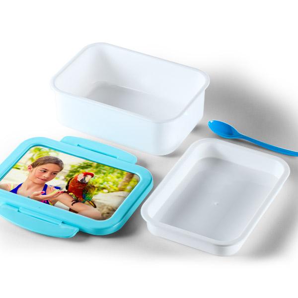 תמונה של קופסת אוכל עם תמונה אישית