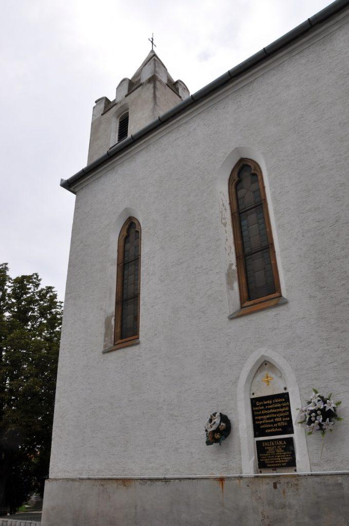 A csallóközkürti Szent István vértanú templom újjáépítésének emléktáblája és a plébánosokra emlékező márványtábla