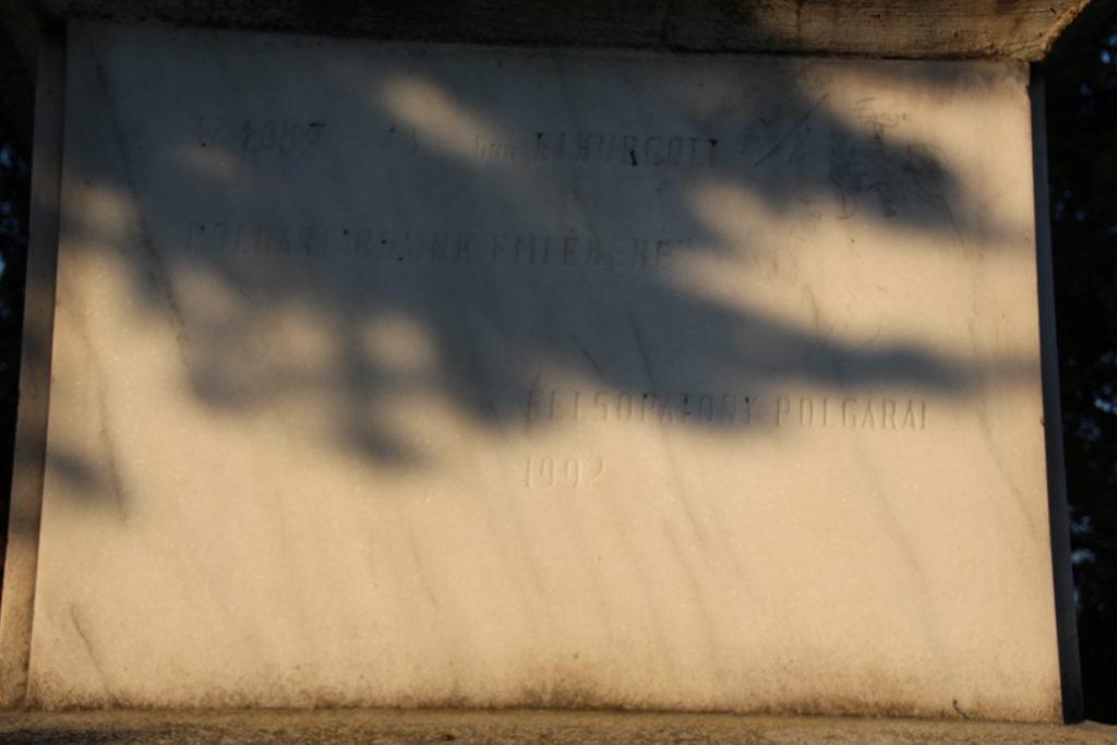 Az 1. 2. világháború hőseinek és a kitelepítettek emlékműve