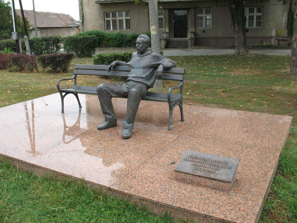Talamon Alfonz író bronzszobra