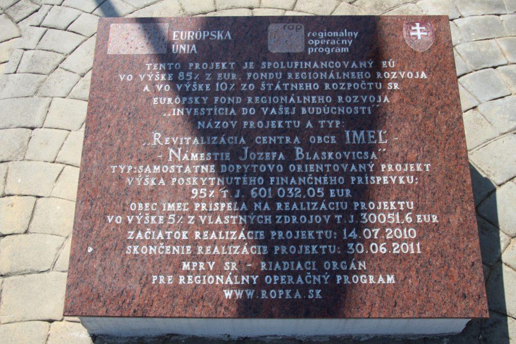 A falu alapításának emlékműve
