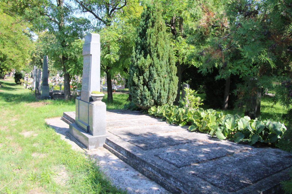 Varju Lajos községi jegyző családi sírhelye