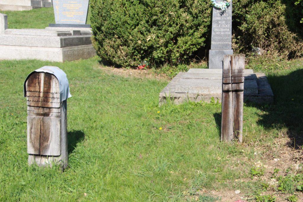 Fejfák és keresztek a szádalmási temetőben