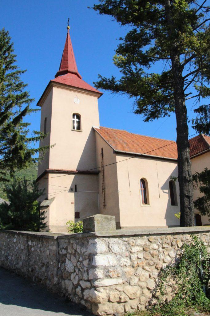 Szentháromság tiszteletére szentelt római katolikus templom
