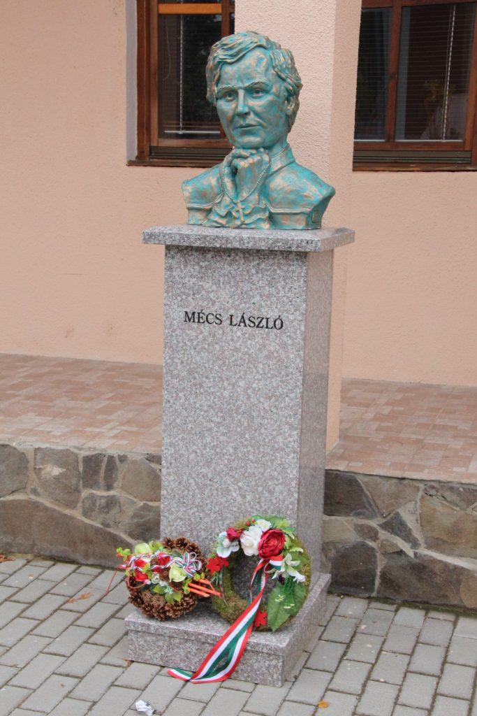 Mécs László szobra