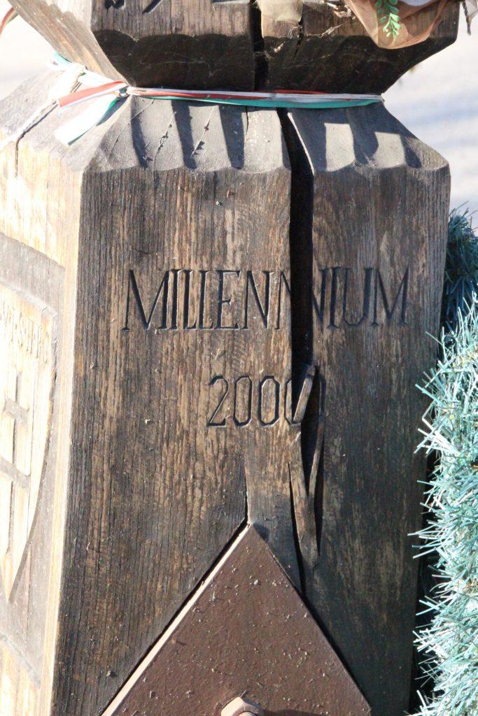 Millenniumi emlékoszlop a Szent Koronával