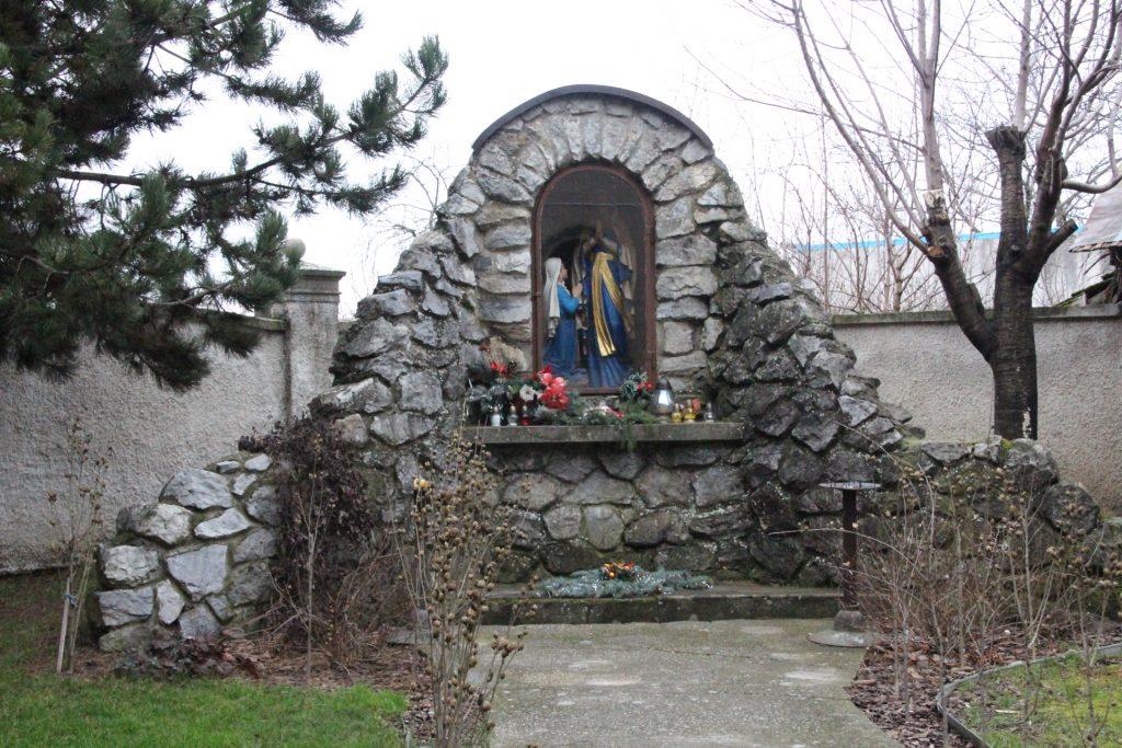 Lourdesi barlang Egyházfán