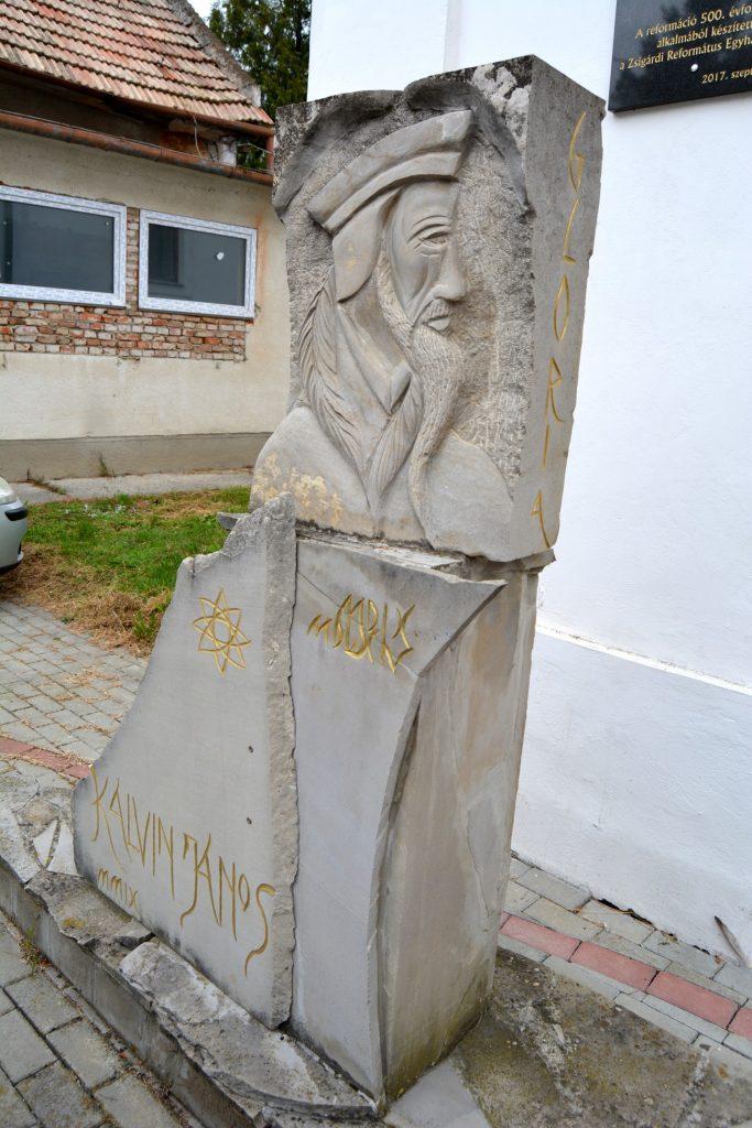 zsigard-kalvin-szobor-tabla (3)
