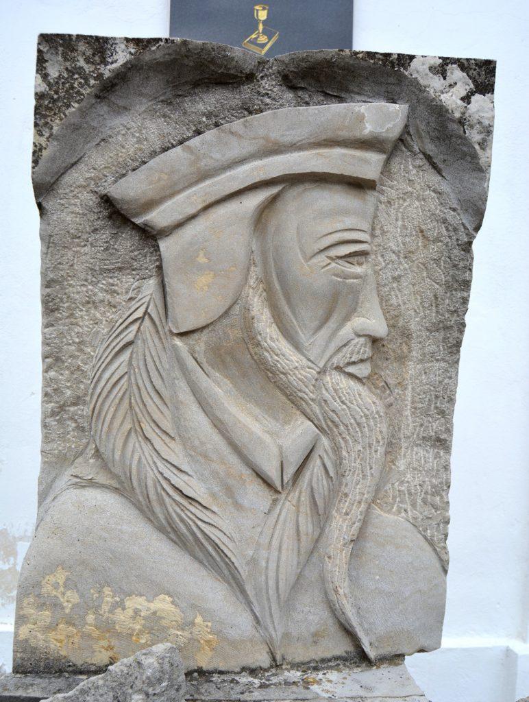 zsigard-kalvin-szobor-tabla (6)