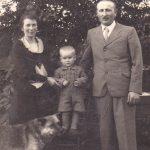 Szüleivel Kisújfalun, 1936