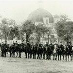 Sárközy Aurél főispán fogadására felsorakozott komáromi szekeresgazda bandérium a Rozália templom előtt 1894. október 10-én