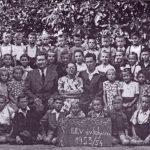 Osztálykép 1953/54-ből, középen Herdics János igazgató, Csintalan Miklósné, Csintalan Miklós
