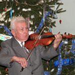 Gaál Sándor hegedül a Fikusz Polgári Társulás  karácsonyi rendezvényén 2007-ben