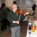 Bölcskei László hegedül a FIKUSZ Polgári Társulás  egyik karácsonyi rendezvényén 2007-ben