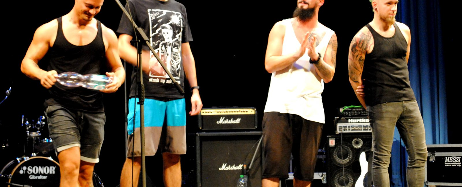 """A győztes túlontool (B-J: Gőgh """"Vadas""""Bence - gitár, vokál; Gőgh""""oggy""""Ákos - dobok; Marosi""""Csitrik""""Róbert - rap, ének; Tóth""""Tócsa""""Csaba - basszusgitár)"""
