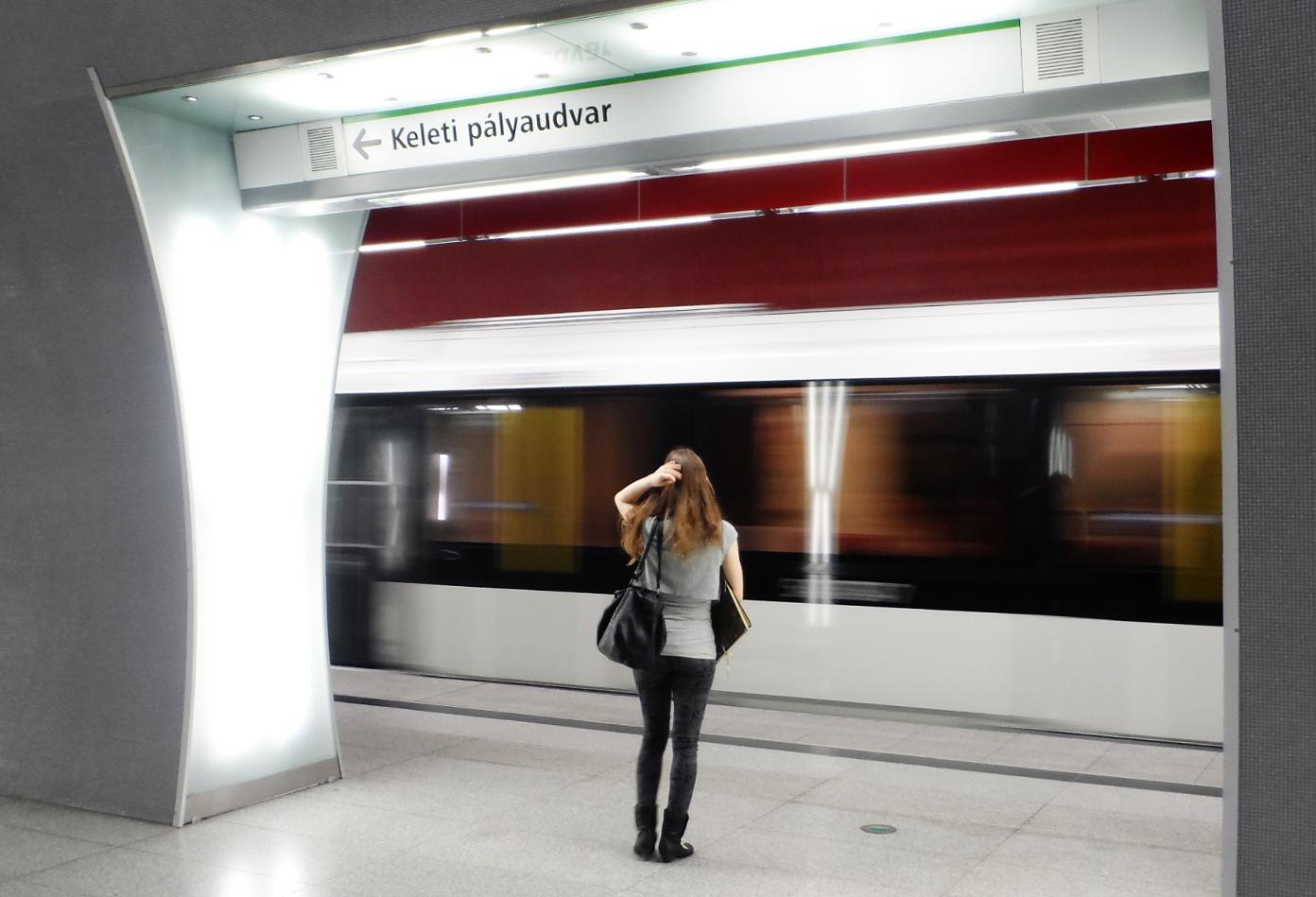 Érkezik a metró a Rákóczi térre