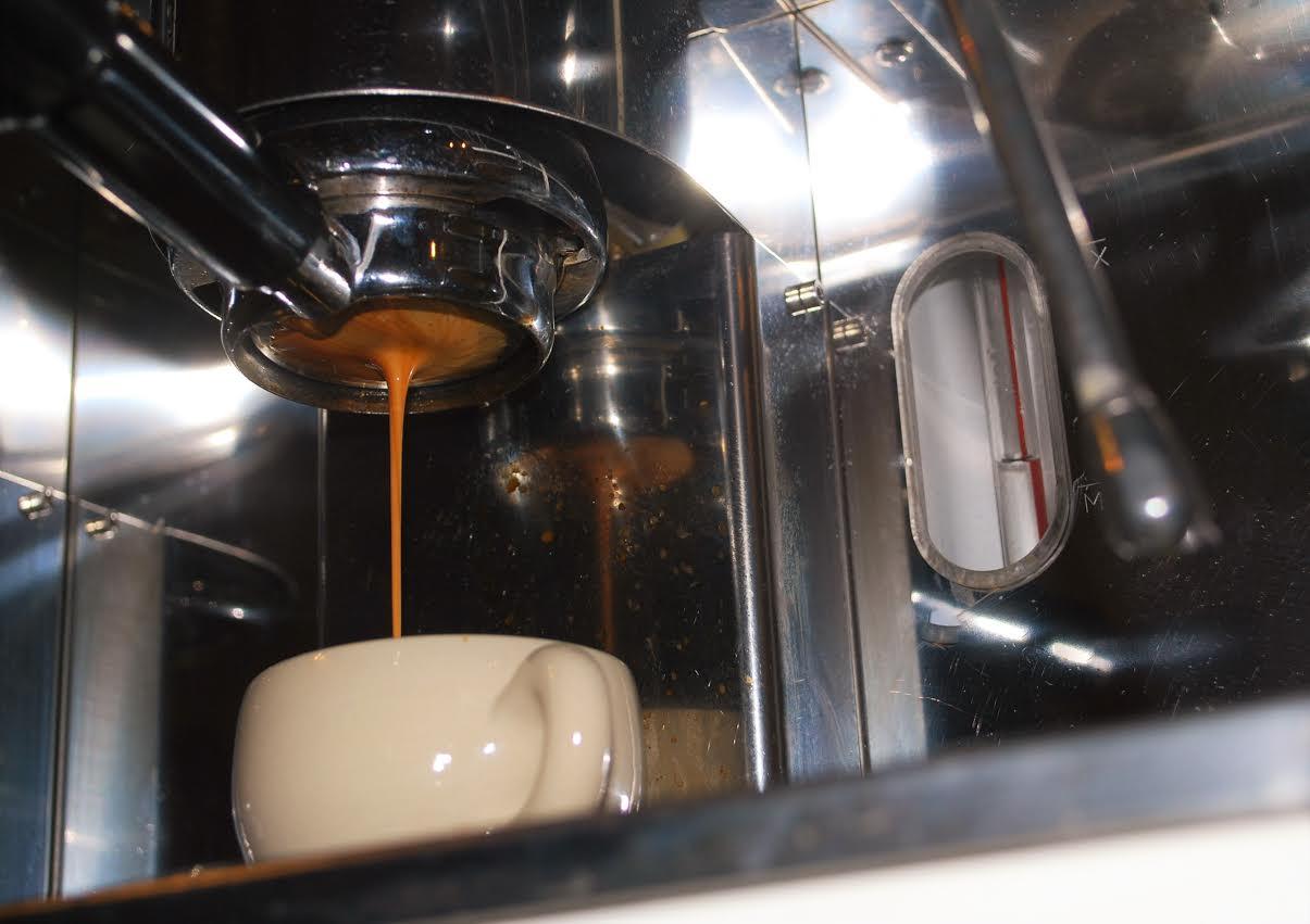 A csöpögtetett kávéra világosabbra pörkölik a szemeket, az espressora valamivel sötétebbre.
