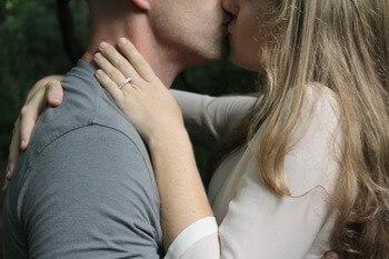 elkaar kussen