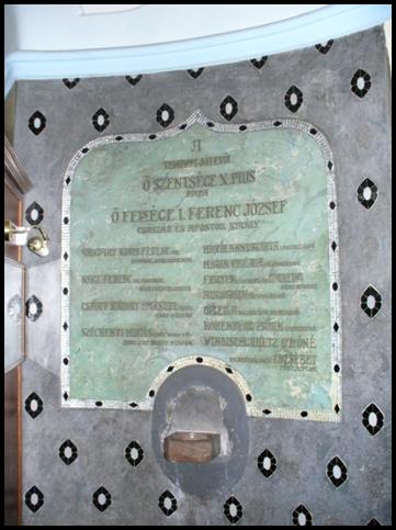 Maďarská tabuľa umiestnená vedľa vchodu na počesť