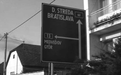 Pre porovnanie dopravná smerová značka na Žitnom ostrove a označenie miest na južnom Slovensku. Názvy sú len v slovenčine