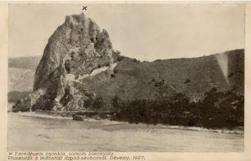 Fotografia z roku 1927 s vyznačeným miestom zbúranej sochy Árpáda.