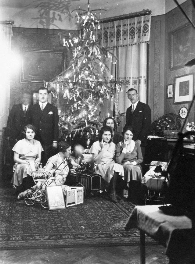 V maďarských vianočných tradíciách sa objavujú prvky ľudových tradícií aj meštianskych zvykov. O vianočnej nálade rodín ponúkajú svedectvo dobové pohľadnice a fotografie.