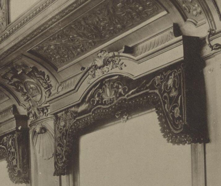 Záclony v jedálni zdobené vyšívanými tradičnými maďarskými motívmi