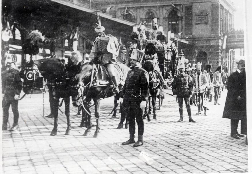 Slávnostný pohrebný koč vezúci pozostatky Ferenca II. Rákócziho (Keleti Pályaudvar, Budapešť).