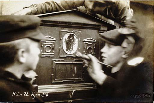 Zamaľovávanie rakúsko-uhorských symbolov na poštovej schránke