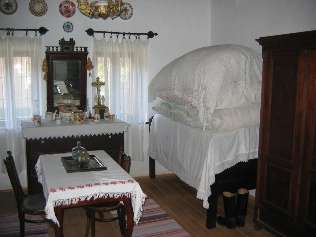 """Súčasťou tradičných maďarských domov bola tzv. """"tisztaszoba"""" (čistá izba) používaná len výnimočne počas sviatkov, či pri návšteve hostí."""