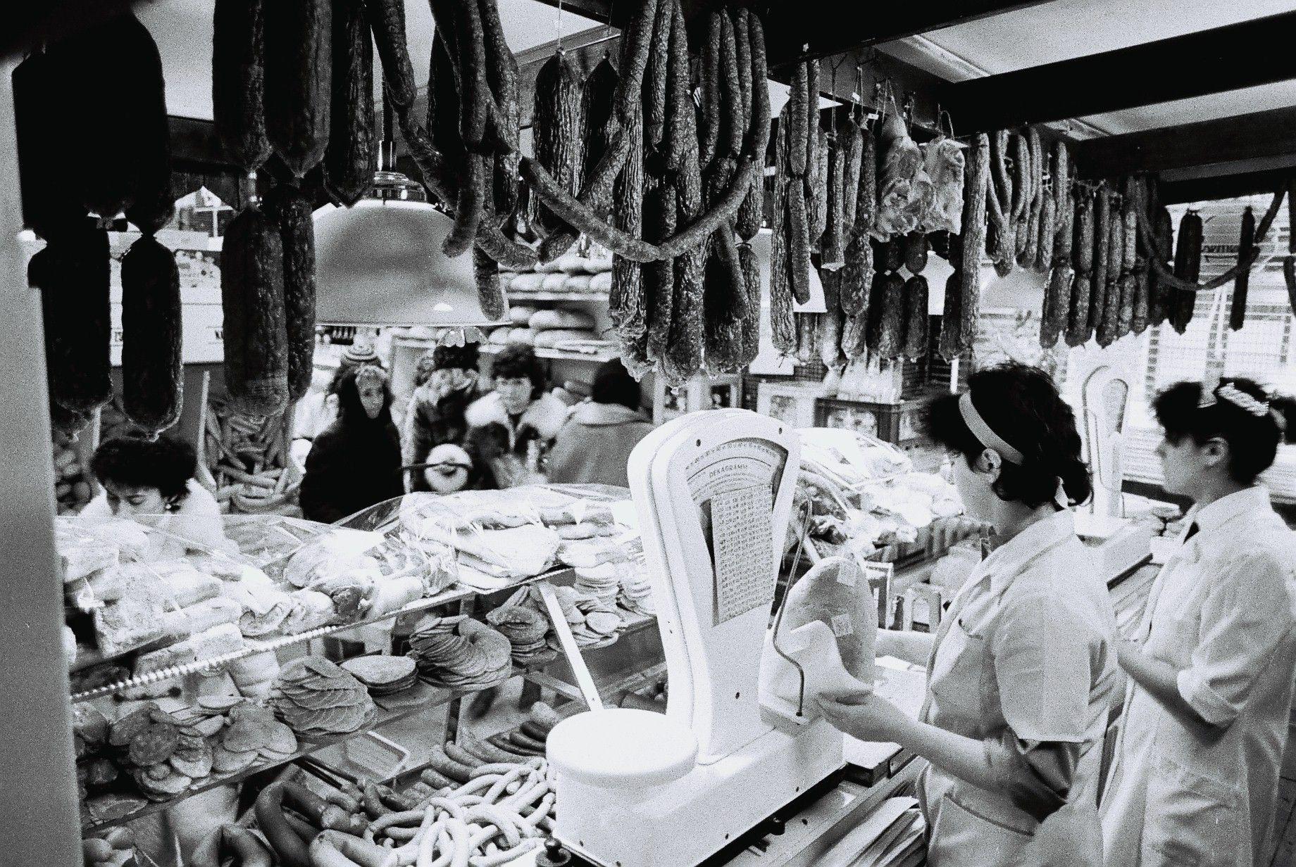 Rad ľudí pred mäsiarom, Debrecín, 1988.