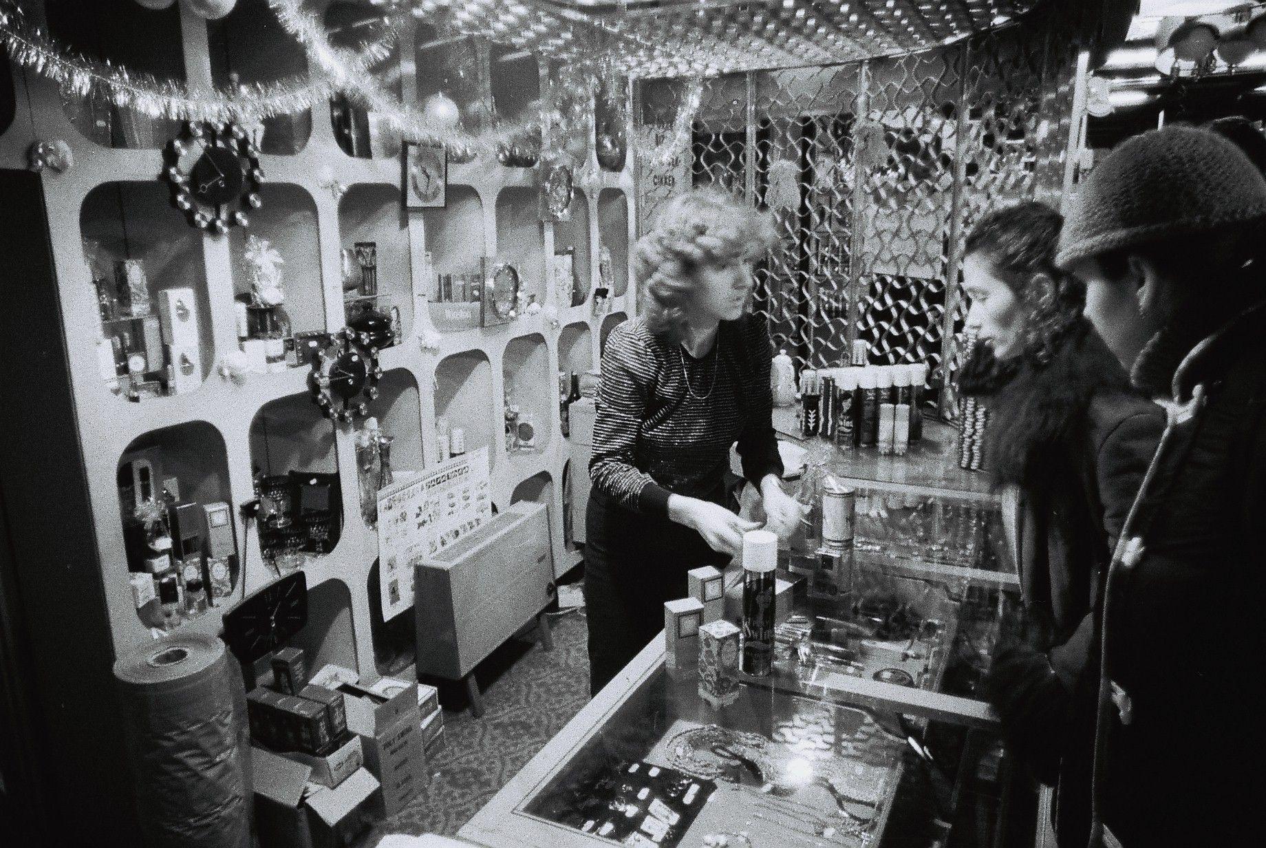 Nakupovanie v parfumérii, Debrecín, 1983.