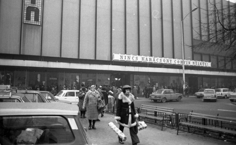 Predvianočné nakupovanie v obchodnom dome Corvin Áruház, 1979.