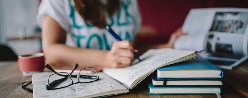 5 Beauty-Tricks für Studentinnen: Frisch & fesch durch die Prüfungszeit!