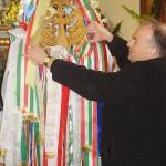 Feltámadási menet Zoboralján – 2008 – Az Árpádkori szárnyaskereszt – Sárai Attila Szímő plébánosa (foto: Kisucky Pál)