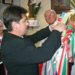 Feltámadási menet Zoboralján – 2008 – Hőrik Péter alpolgármester feltűzi a csitári egyházközösség szalagját (foto: Kisucky Pál)
