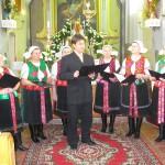 Feltámadási menet Zoboralján – 2008 – Hőrik Péter alpolgármester és a Csitári Menyecskekórus (foto: Kisucky Pál)