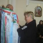 Feltámadási menet Zoboralján – 2008 – Vrábel Anna polgármester feltűzi a nyitragerencséri egyházközösség szalagját (foto: Balkó Gábor)
