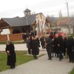 Feltámadási menet Zoboralján – 2008 – A szímői egyházközösség hozza az Árpádkori szárnyaskeresztet (foto: Balkó Gábor)