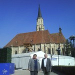 Tudományos konferencia – Szent Mihály templom és az elbarikádozott Mátyás király szobor – balról Maga Ferenc, Balkó Gábor (foto: Zilizi Zoltán)