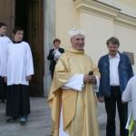 Feltámadási menet Zoboralján – Károly atya fogadja a szímőieket (foto: Maga Ferenc)