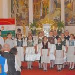 Énekkarok hangversenye – Nagycétényi KÚTYIKA Női Éneklőcsoport és az alapsikolások (foto: Énekkarok hangversenye)
