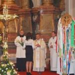 Feltámadási Menet – 2010 – bevonulás/iskola – Hőrigh Szilvia verssel köszönti Ďurčo Zoltán püspöki helynököt (foto: Maga Ferenc)