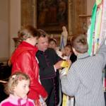 Feltámadási menet 2011 – Nyitra – Nagykér szalagjának felerősítésében segít Ďurčo Zoltán magyar püspöki helynök (foto: Maga Ferenc)