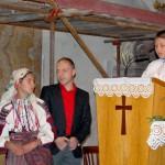 Feltámadási menet 2011 – Nyitra – Balázs Damián Anyák napi köszöntőt szaval (foto: Maga Ferenc)