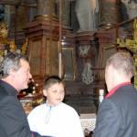 Feltámadási menet 2011 – Nyitra – Ďurčo Zoltán magyar püspöki helynök üdvözli csángó vendégeinket (foto: Maga Ferenc)