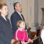 Feltámadási menet 2011 – Nyitra – szentmise – A Nagycétényi Magyar Tannyelvű alapiskola beíratottja Kucsera Noémi szüleivel (foto: Maga Ferenc)