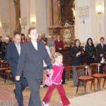 Feltámadási menet 2011 – Nyitra – szentmise – A Nagycétényi Alapiskolai idei beíratottja Kucsera Noémi és szülei átveszik a feltámadási jelvényt (foto: Maga Ferenc)